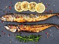 Печена риба скумрия на фурна с девесил и лимон увита във фолио